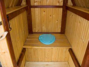 tualet-na-uchastke-chastnogo-doma-5