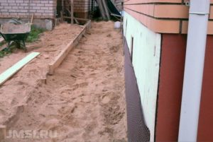 otmostka-doma-svoimi-rukami-video-instruktsii-sovety-51
