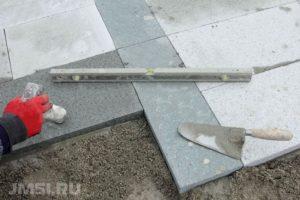 ukladka-trotuarnoj-plitki-na-betonnoe-osnovanie-foto-video-12