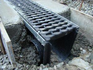livnevaya-kanalizatsiya-lotok-livnevyj-vodootvodnye-lotki-s-reshetkami-15-1