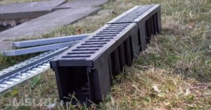 livnevaya-kanalizatsiya-lotok-livnevyj-vodootvodnye-lotki-s-reshetkami-4