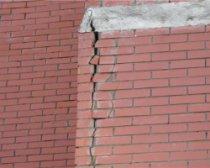 Как заделать трещины в кирпичных стенах