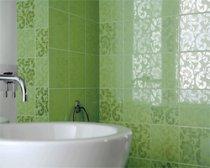 Наклейка кафельной плитки на стены в ванной