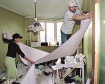 Pasting the ceiling wallpaper with their own hands