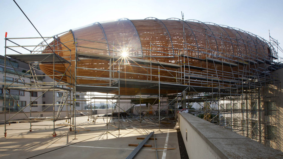 """Giant wooden """"airship"""" appeared on the roof of the museum in Prague"""