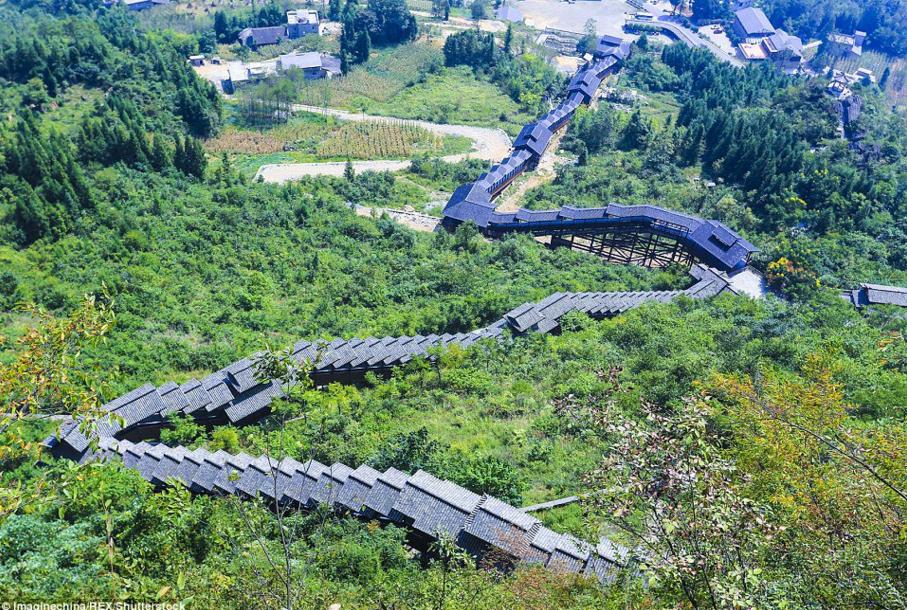 Китай запустил самый длинный эскалатор в мире