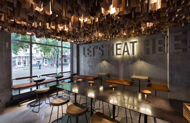 Студия дизайна YOD подвесила тысячи деревянных деталей на потолок украинской бургерной