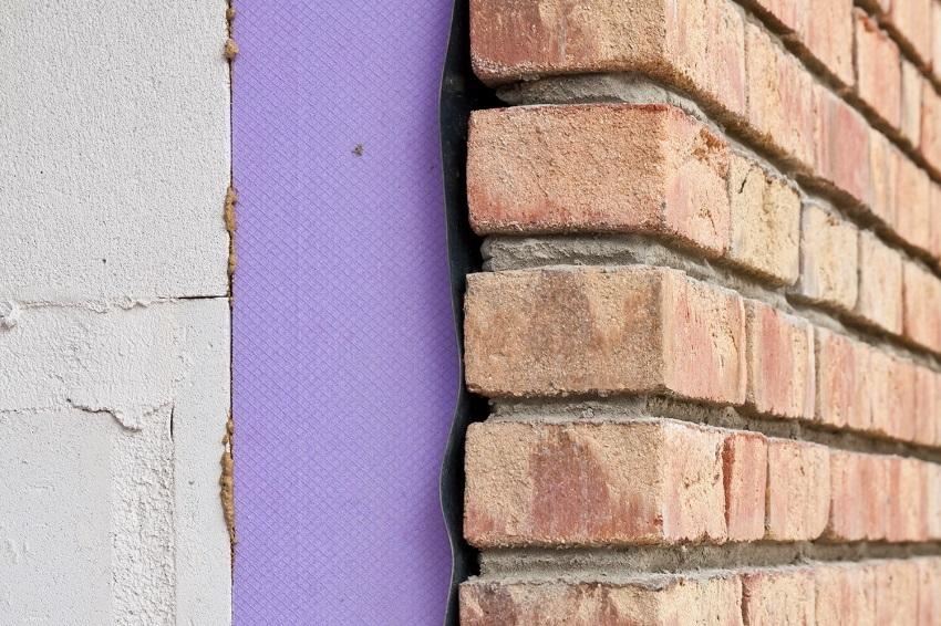 Именно такой вопрос возникает у жителей частного дома, либо квартиры, когда они начинают замечать специфический мышиный запах, а также следы экскрементов в своем жилище.