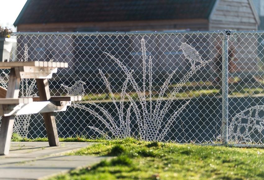 Забор своими руками фото из сетки