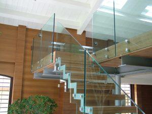 Монтаж лестниц со стеклянными перегородками