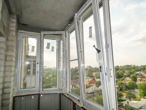 Монтаж окон из ПВХ – отличное решение для остекления балкона!